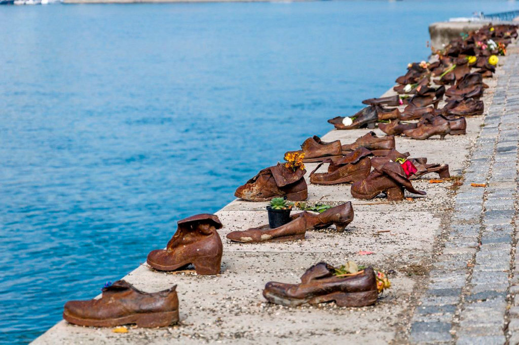 Обувь на Дунайской набережной