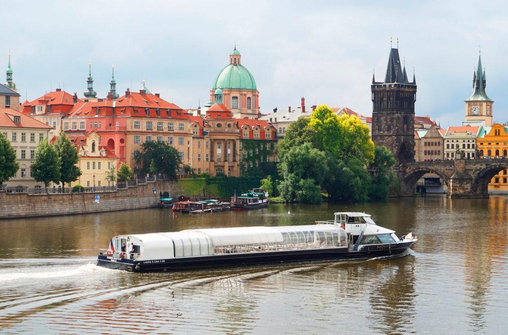 Лодка и бокал шампанское на реке Влтава
