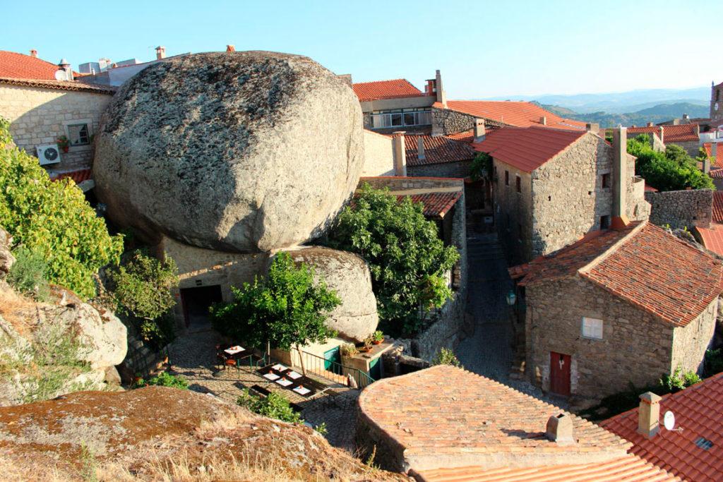 Деревня в Португалии, построенная вокруг скалыМонсанто